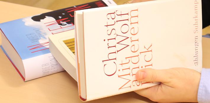 Bücher in Hand (c) BVÖ/Christina Repolust