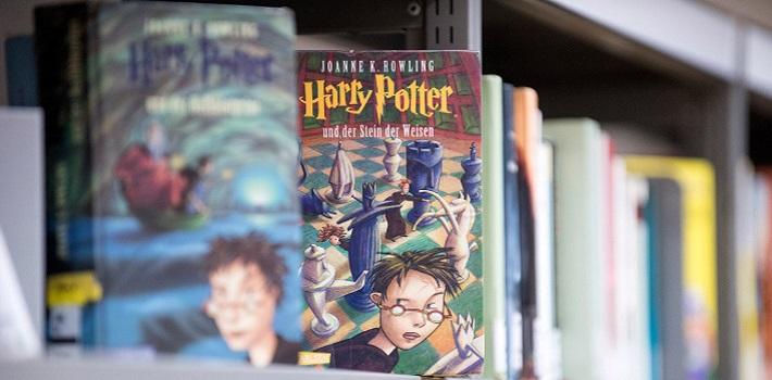 Harry Potter Buch in einem Regal