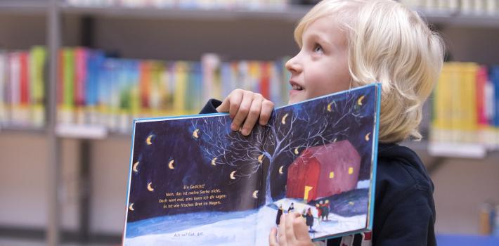 Kind liest Gedichtband