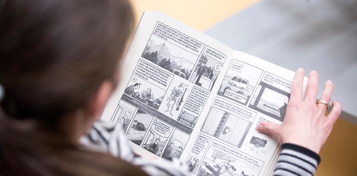 Frau lest Comic
