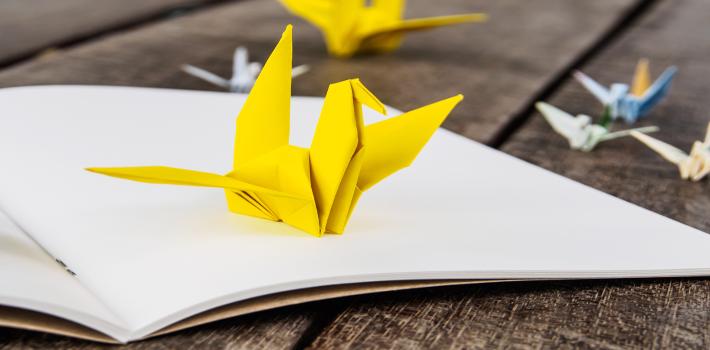 Gelber Origami-Vogel